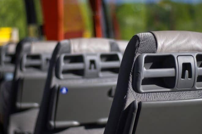 Sièges d'un bus. Image d'illustration.