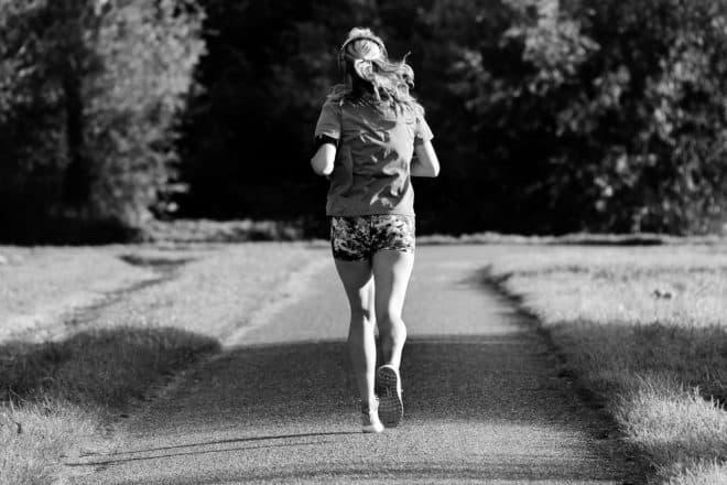 Femme faisant de l'activité sportive. Image d'illustration.