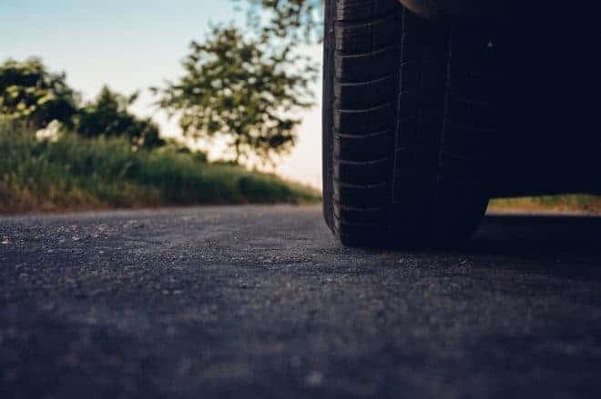 Le pneu d'une voiture. Image d'illustration.