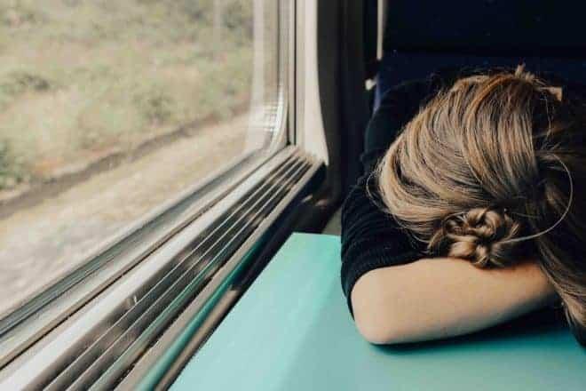 Illustration. Une femme fatiguée.