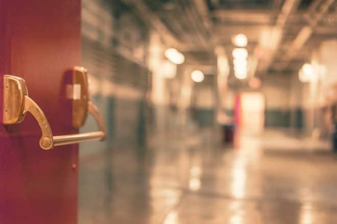 Porte d'entrée d'un hôpital. Image d'illustration.