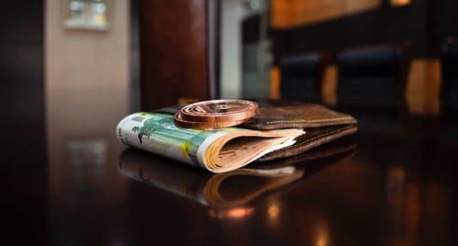 De l'argent dans un portefeuille. Image d'illustration.