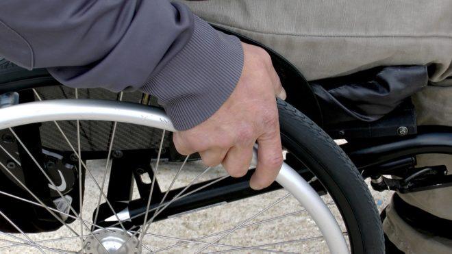 Une personne en fauteuil roulant. Image d'illustration.