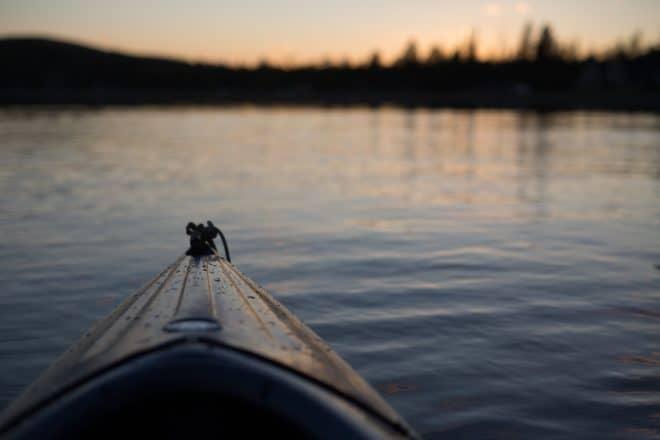 Illustration. Un canot sur un lac.