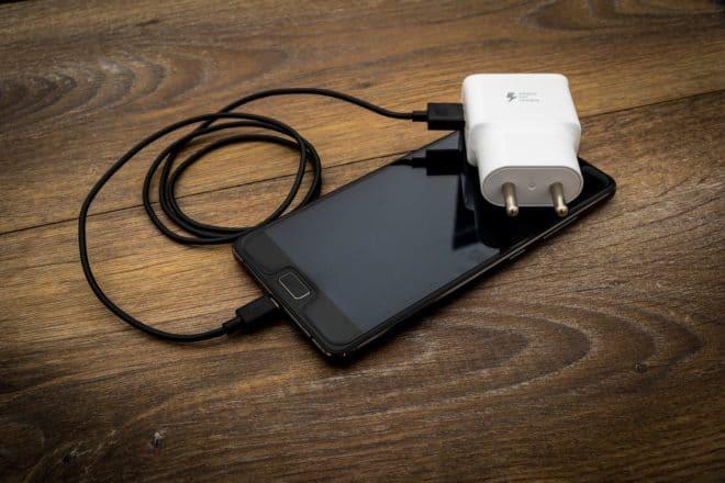 Illustration. Smartphone et chargeur.