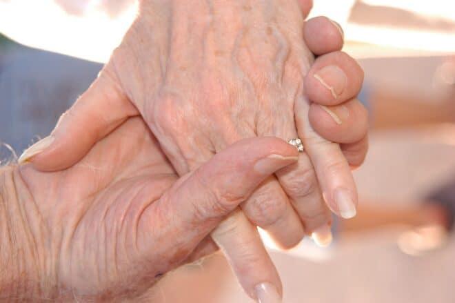 Mains de personnes âgées. Image d'illustration.
