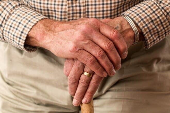 Une personne âgée tenant une canne. Image d'illustration.