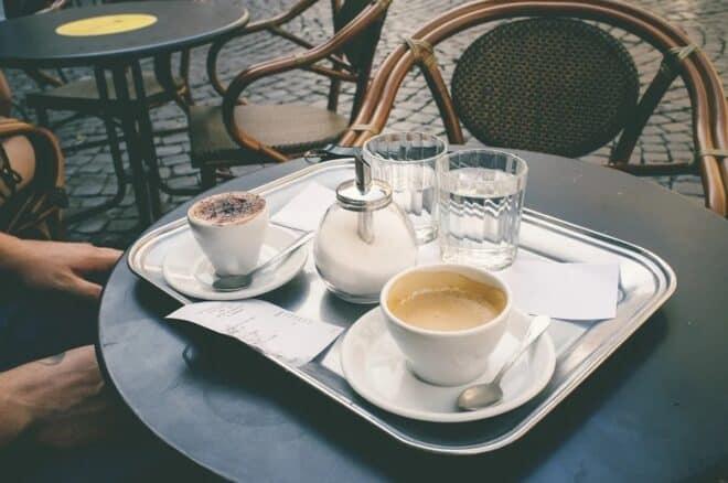 Une terrasse de café