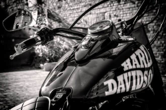 Une moto Harley Davidson
