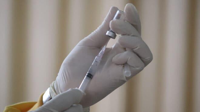 L'Agence européenne des médicaments donne son aval pour la troisième dose de vaccin contre la COVID-19, et ce, pour tous les adultes.