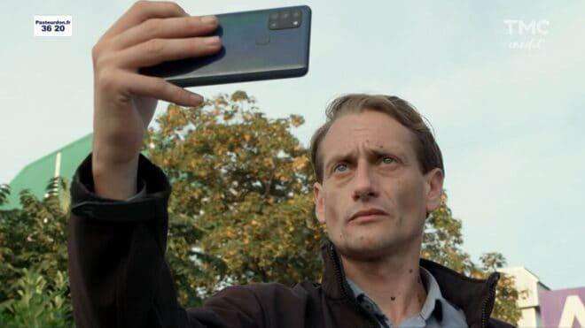 """L'inconnu au téléphone (Les Mystères de l'Amour saison 27, épisode 1 """"Problèmes à l'affiche"""")."""