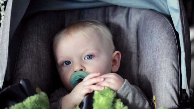 Des composants toxiques auraient été retrouvés sur les sièges auto pour les bébés.